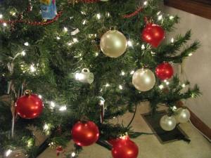 kids-decorating-bulbs
